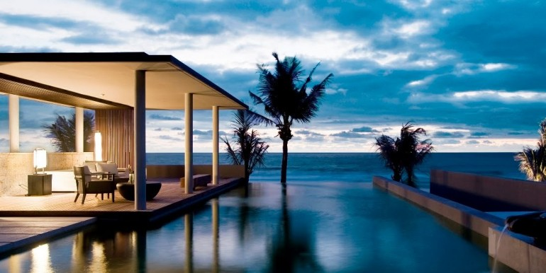 Private infinity pool right over the beach