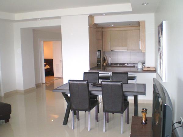 wide open 2-bedroom Condo is located on a higher floor