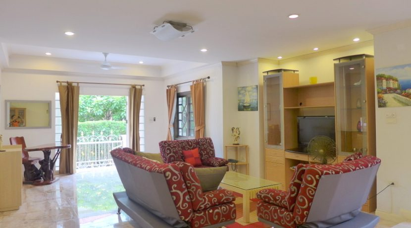 Central Park 3 is one of this noble vintage housing estates at top location in Central Pattaya. Right on Sukhumvit Road but with sufficient distance to the noise and with an exclusive neighborhood. This nice two-story house offers 3 medium-sized bed :...