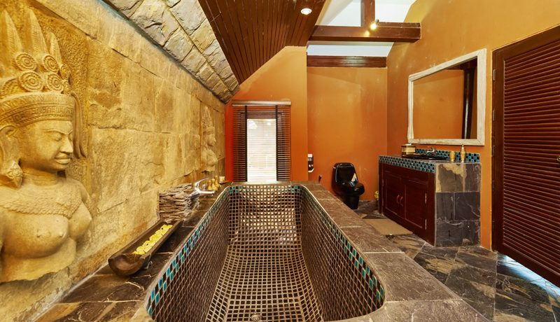 another_bathroom_with_tub_1