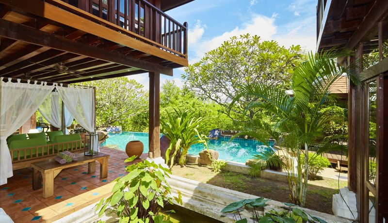 It`s neither Bali nor Sukhothai but at a very central location in Pattaya-Jomtien where you can find this property. You approach the main house consisting of three buildings. The whole property is built in old