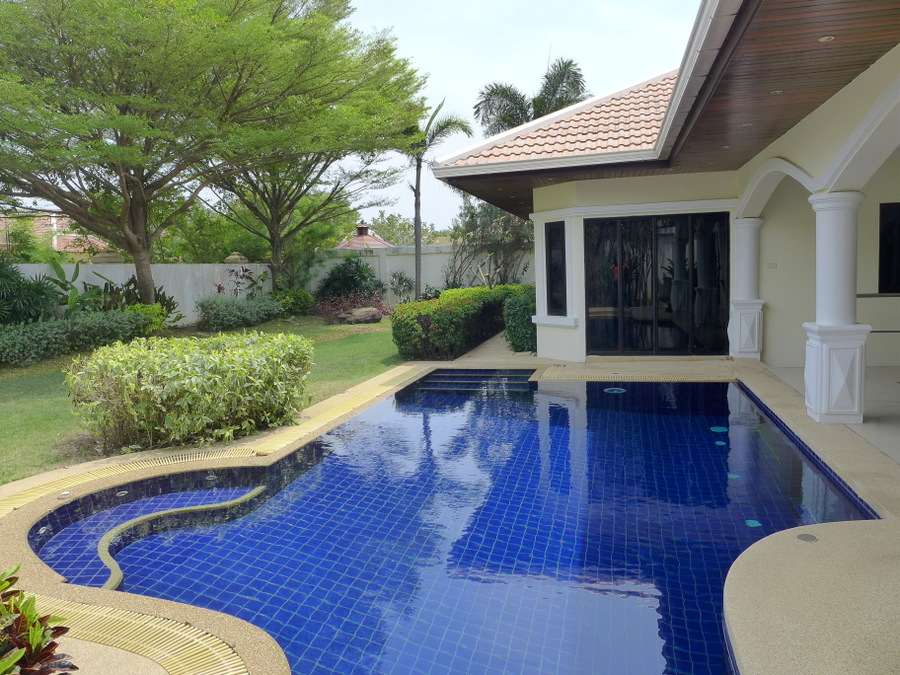 Jomtien-Park-Villas: luxury 3 plus bedroom pool-villa in central, upscale estate