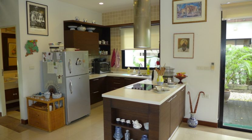 western_kitchen_with_cooking-island_1