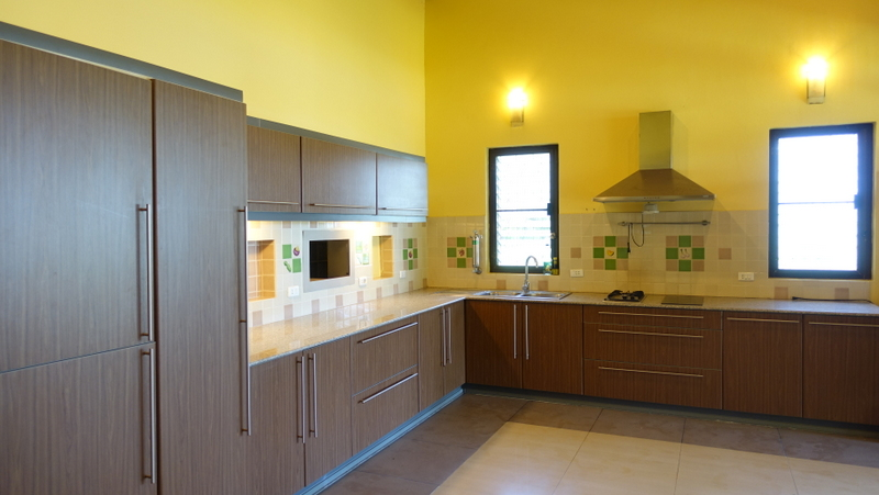 Two_large_and_three_smaller_kitchens_are_available