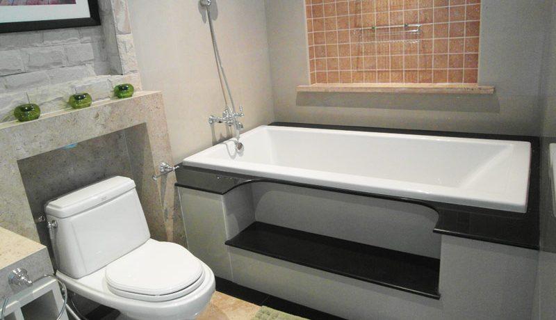 a_bathroom_of_this_luxury_3-bedroom_suite_jomtien_2
