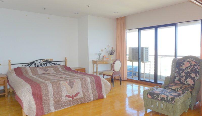 another_large_bedroom_with_en-suite_bathroom_1