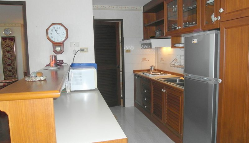 there is the kitchen with a breakfast bar counter. The large bedroom and the living-room both open to :...
