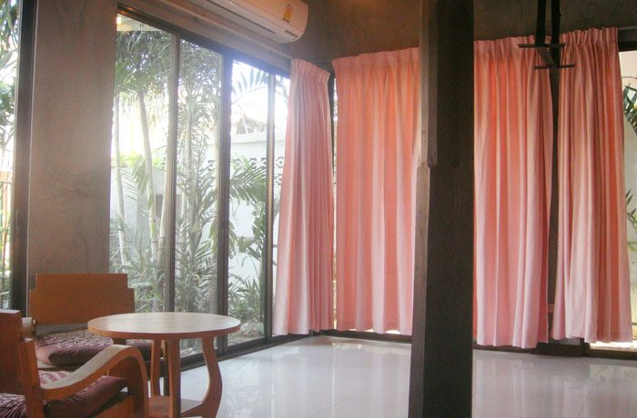 living_room_at_this_classical_teakwood_house_in_pattaya_centre_1