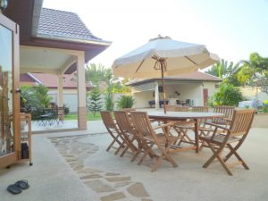 then the open living- and dining-area with the lavish Western kitchen in a niche behind. The property offers 4 bedrooms