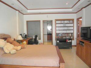Large 1 bedroom sea view condo in low-rise estate near Jomtien beach