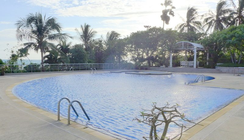 the_condos_pool_with_direct_access_to_the_sandy_beach_1