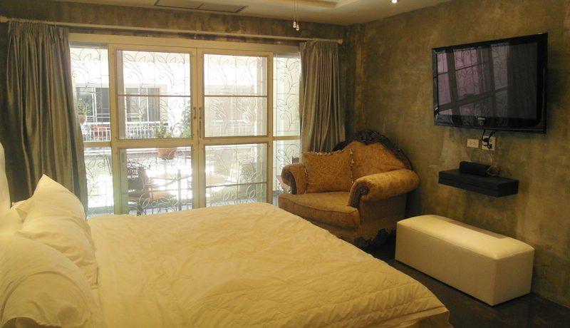 the_generous_bedroom_area_1