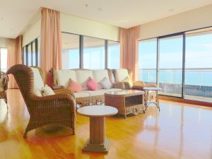 The closest beachfront and best sea views possible. Right on the beach at noble Pratumnak hill. Enjoy 360 degree views from quite every corner of this 252 s.qm