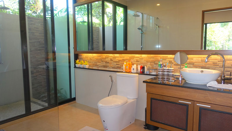All_3_bathrooms_are_lovely_-_this_one_with_outdoor_shower