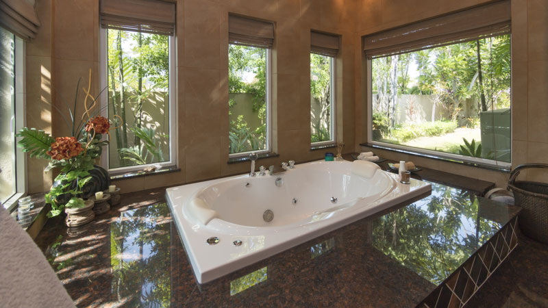 Jacuzzi_tub_in_the_master-bathroom