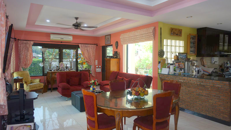 well-built 3 bedroom family home built in a tropical style on a plot of 440 m2. Located within a smoothly sloped gated community of about 40 houses over Bangsarae....