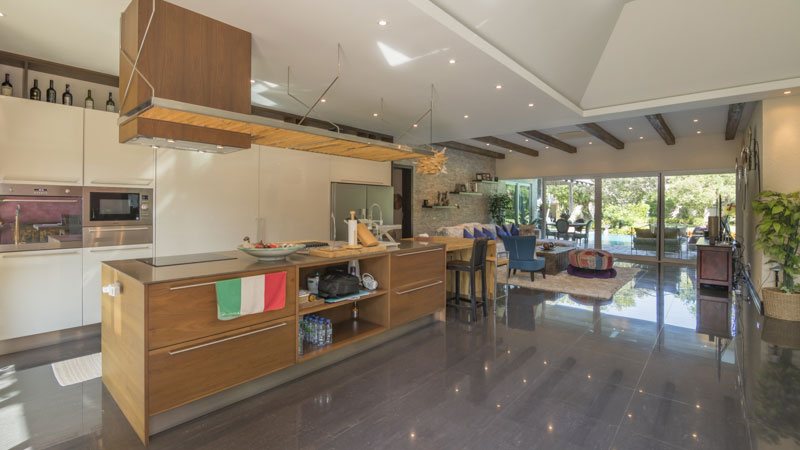 utmost quality and Italian taste for the decor. All that within over 2.000 m2 of lush gardens and located in an award-winning top secure housing estate at good traffic situation....