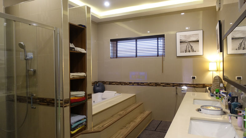 The_master-bathroom_comes_with_a_Jacuzzi_tub