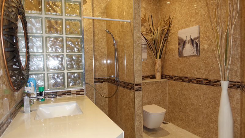 There_are_4_en-suite_bathrooms_and_2_guest-toilets