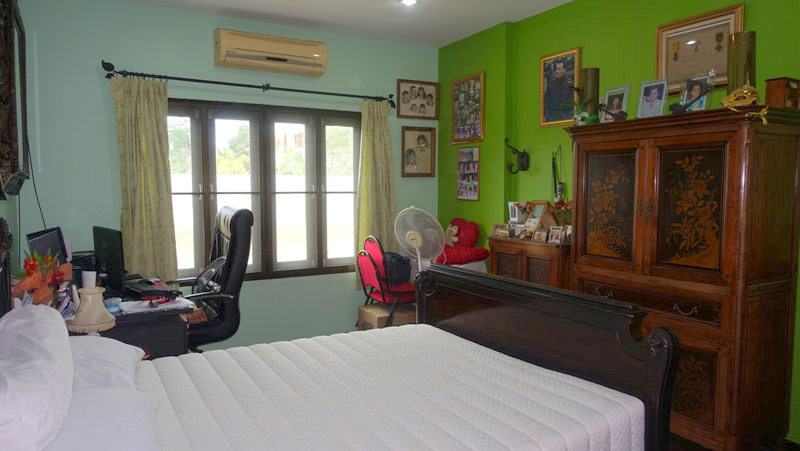 3 bedroom house with pool in good estate above Bangsarae