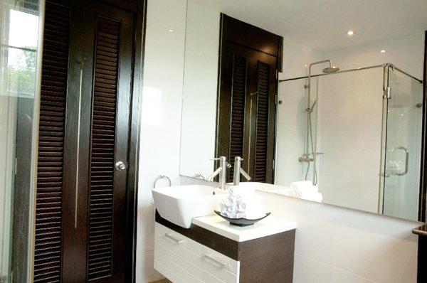 a_bathroom_at_this_2_bed_5_star_beachfront_condo__naklua_1