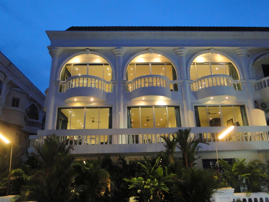 Popular Suite Hotel and Restaurant at central Jomtien location for Sale