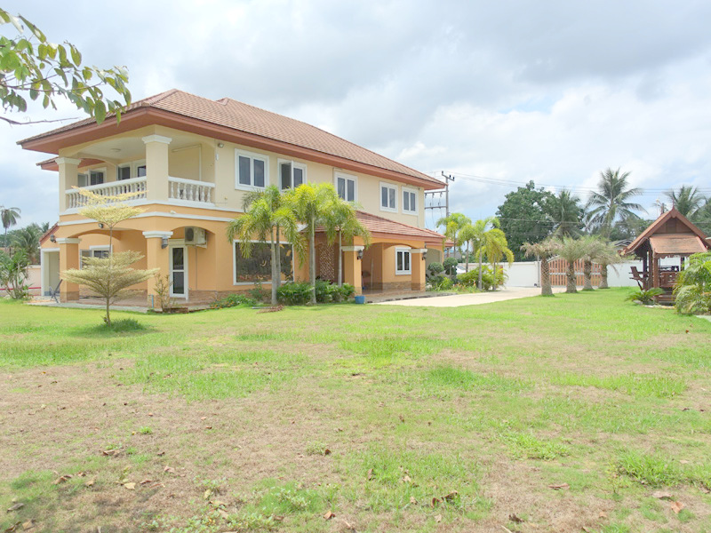 Near new, impressive 6 bedroom property on a large plot in Huai Yai