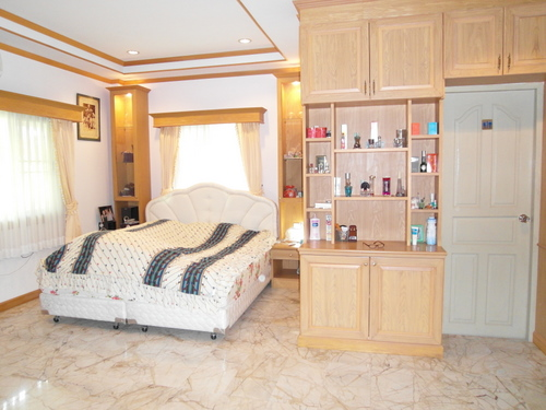 a_large_bedroom_at_this_spacious_5_bedroom_family_house__east_pattaya_1