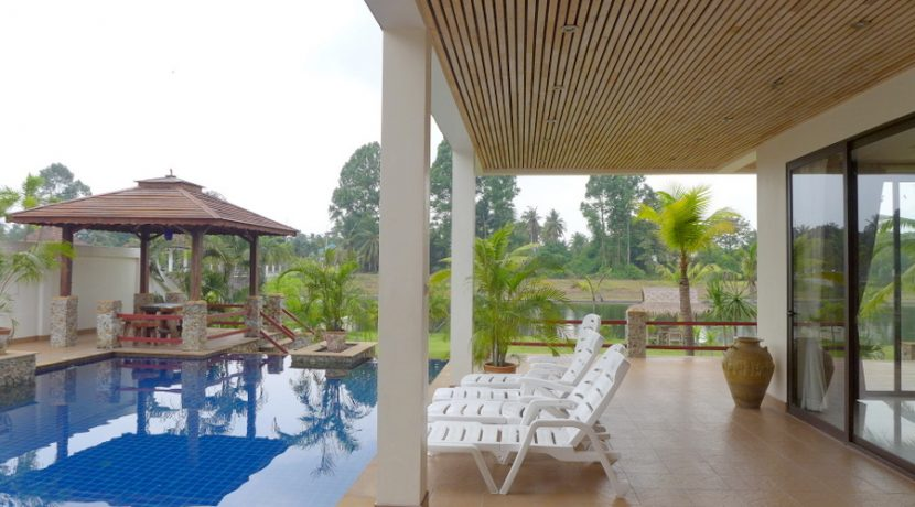 this villa is situated on a sloped garden on the shores of a lake adjacent to Phoenix golf course. The extensive living room is combined with the dining area. The Weste :...