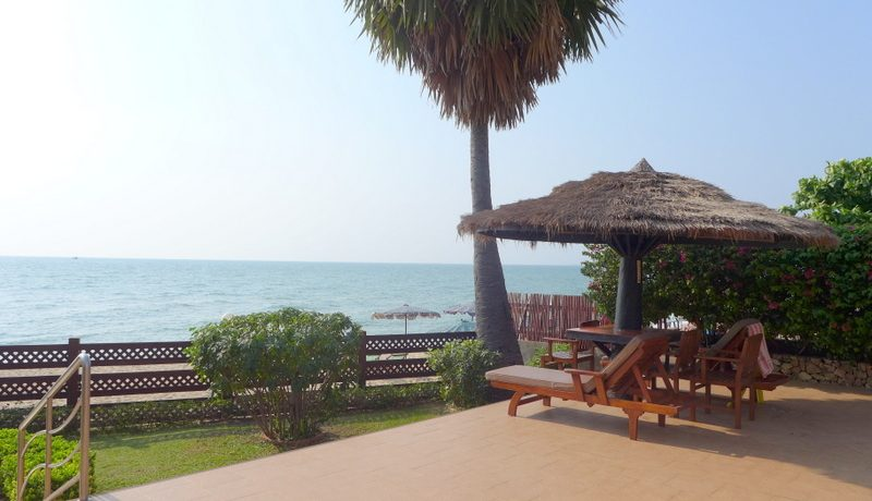 This friendly 1-bedroom condo is located right on the most beautiful stretch of beach in the Pattaya-Naklua area. The unit has just been totally renovated and furnished. The two Daikin air cons are brand new. Get a fully equipped kitchenette with g :...