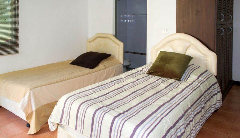 a_twin_bedroom_1