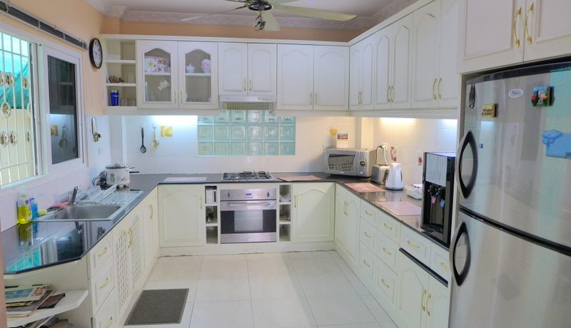a_well_equipped_kitchen_1