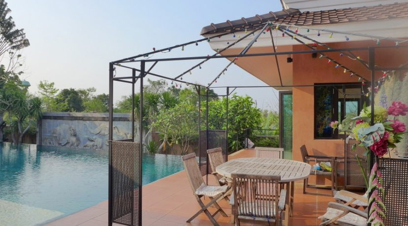 The unique atmosphere of this property comes from its inhabitants. Global thinking creative people planning to move on to Australia. The estate stretches on the peak of a hill above Mabprachan lake. Built in the tropically adapted mesmerizing Baline :...