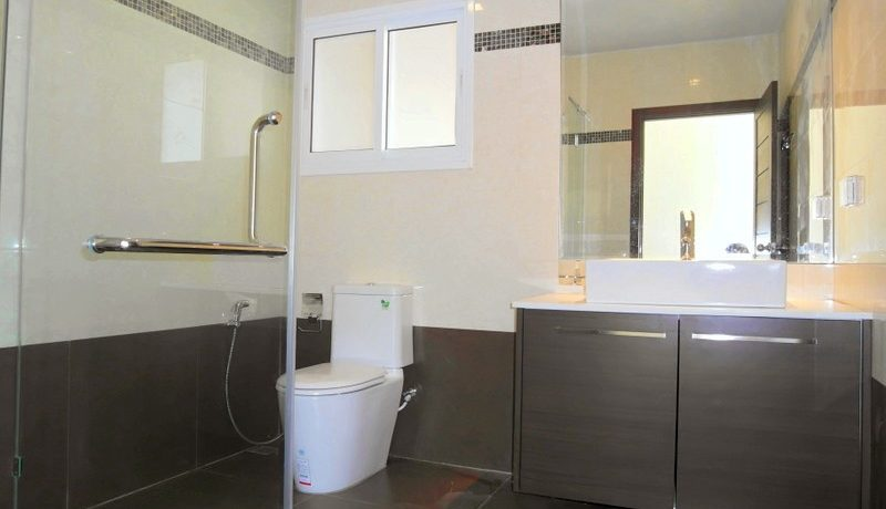 another_bathroom_of_this_new_spacious_pool_villa_with_4_bedrooms__east_pattaya_1