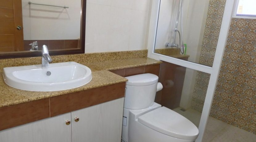 another_bathroom_with_shower_4