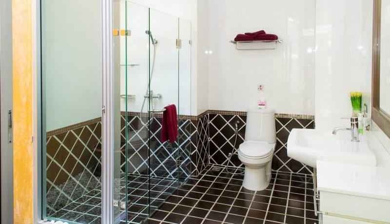 another_en-suite_bathroom_with_shower_2