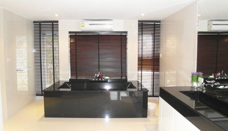 bathroom_with_a_black_granite_tub_1