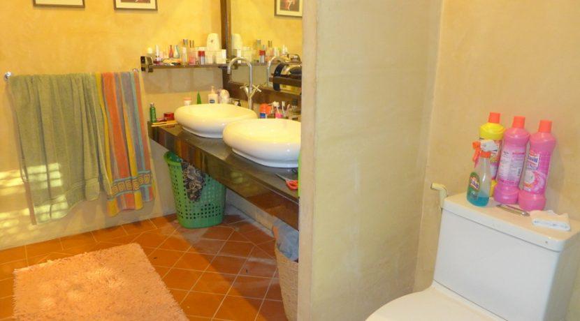 bathroom_with_two_basins_1