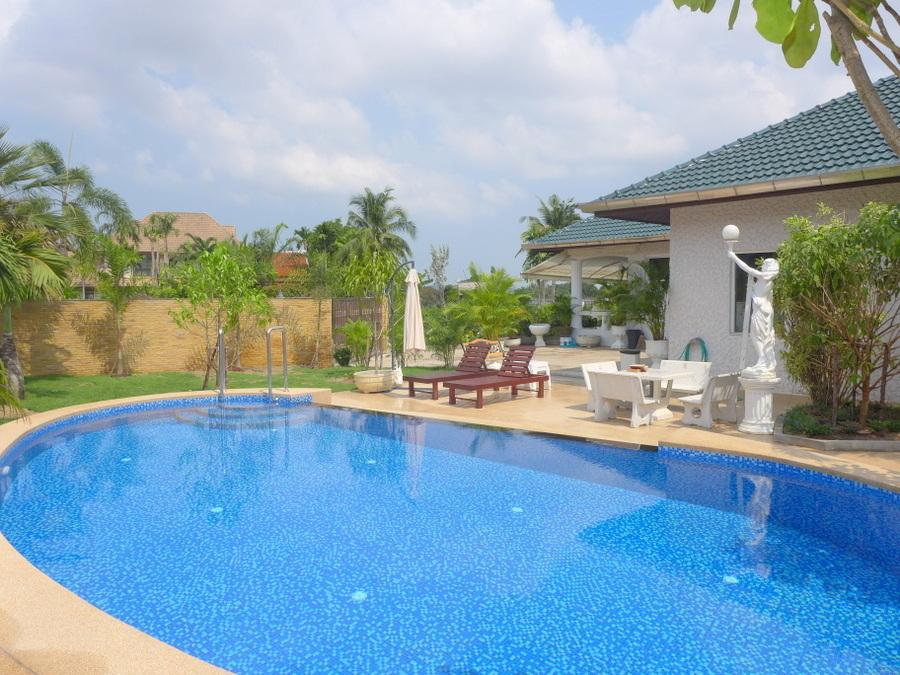 Massive 3 bedroom pool-villa in upscale housing-estate