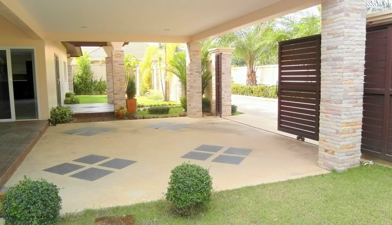 Modern 4 bedroom pool villa on large plot in East Pattaya for Sale
