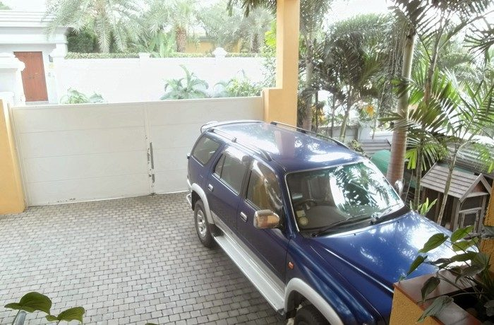 double_garage_at_this_very_roomy_pool_villa_with_gorgeous_sea_views_2
