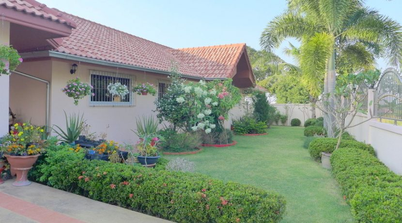 garden_area_in_front_of_the_house_1