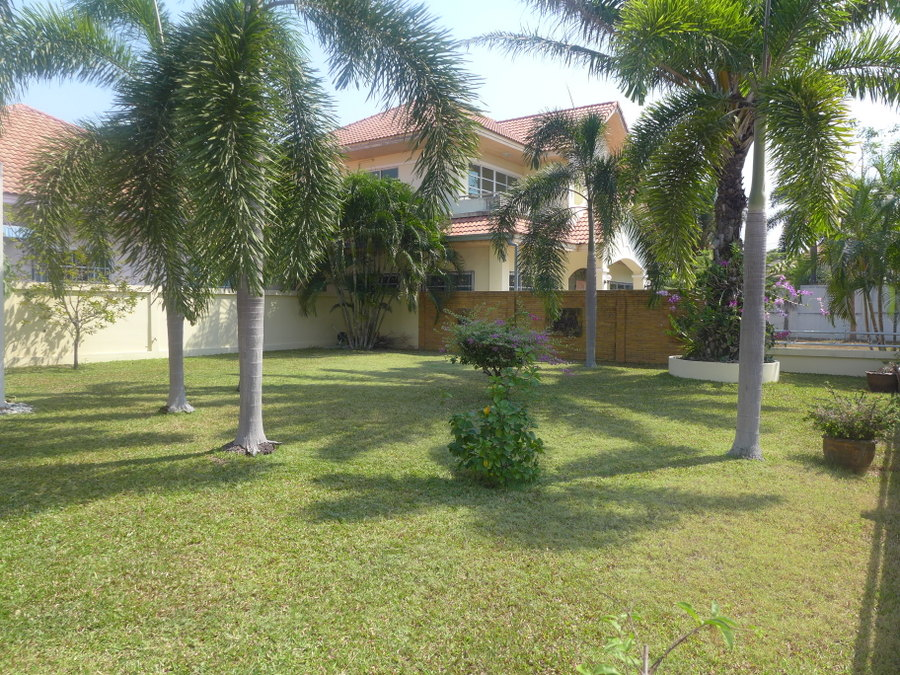 4 bedroom house, large gardens, secure estate near downtown