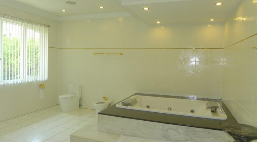 jacuzzi_bathtub_as_the_centre_of_the_master-bath_1
