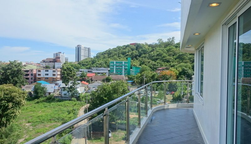 airy living- and dining-area with wonderful views. The property is turn-key and can immedia :...