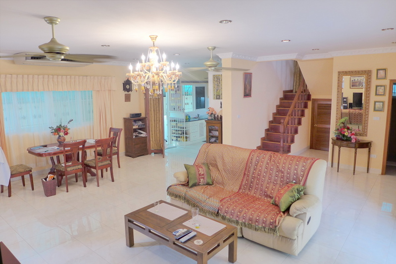 4 bedroom pool house at central Jomtien Dongtan location near the beach