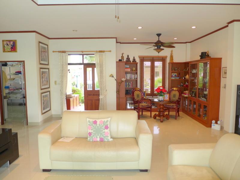 Chic 3 bedroom pool villa in safe village, Bangsarae