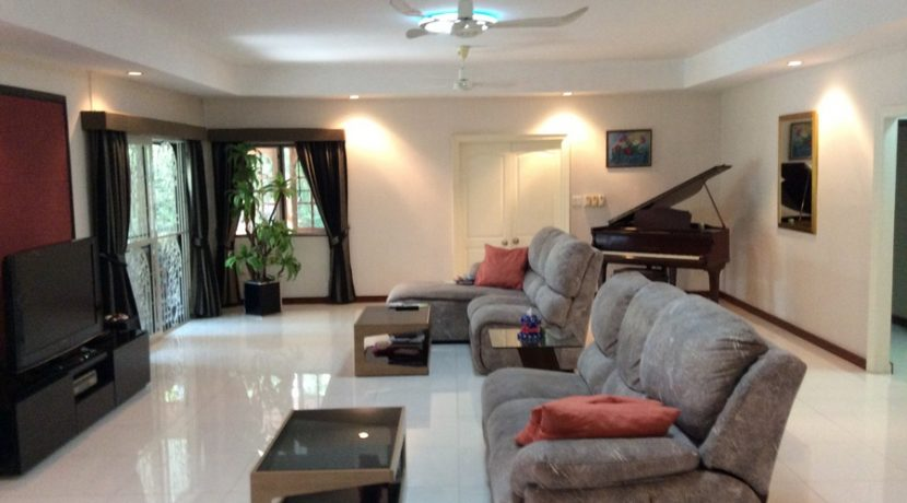 living_room_in_one_of_the_main_houses_1