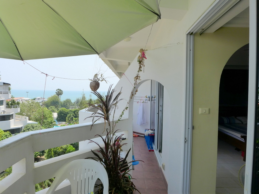 Jomtien Condotel: 1 bedroom beachfront condo with sea view