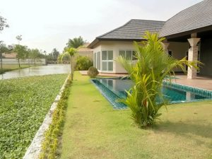 in quiet nature. It borders a large water lily canal. The unfurnished villa comes with an equipped kitchen (ceran field